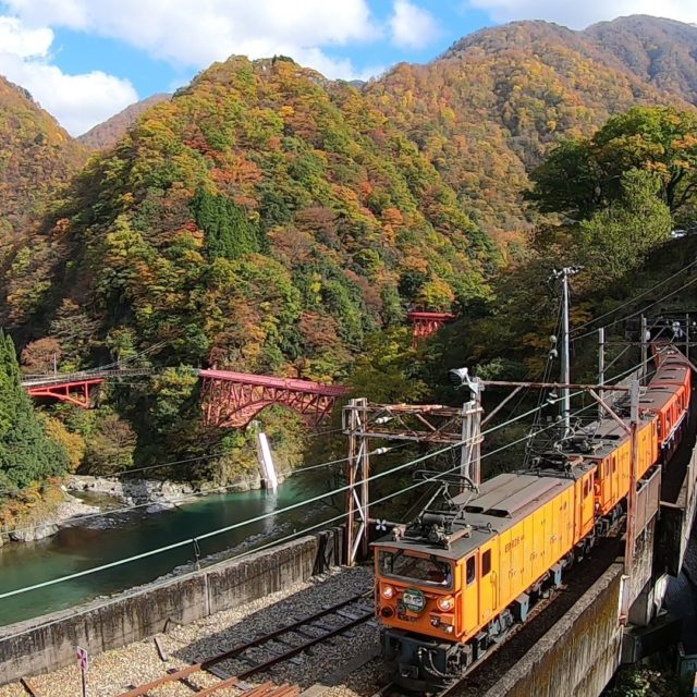 紅葉の黒部峡谷宇奈月駅
