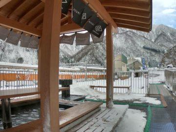 雪景色の宇奈月温泉街足湯