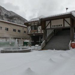雪景色の宇奈月温泉駅前